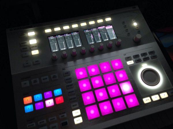 تجهیزات و امکانات بروز و مدرن در استودیو موسیقی پادان