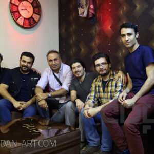 حمید فرخ نژاد در کنار پرسنل گروه هنری پادان
