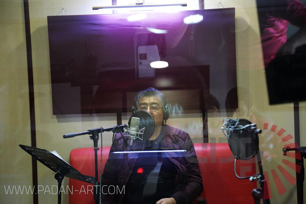 رضا رویگری در حال دوبلاژ بخشی از فیلم سینمایی در استودیو پادان