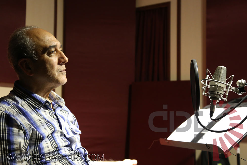 سعید مقدم منش در حال دوبلاژ در استودیو پادان
