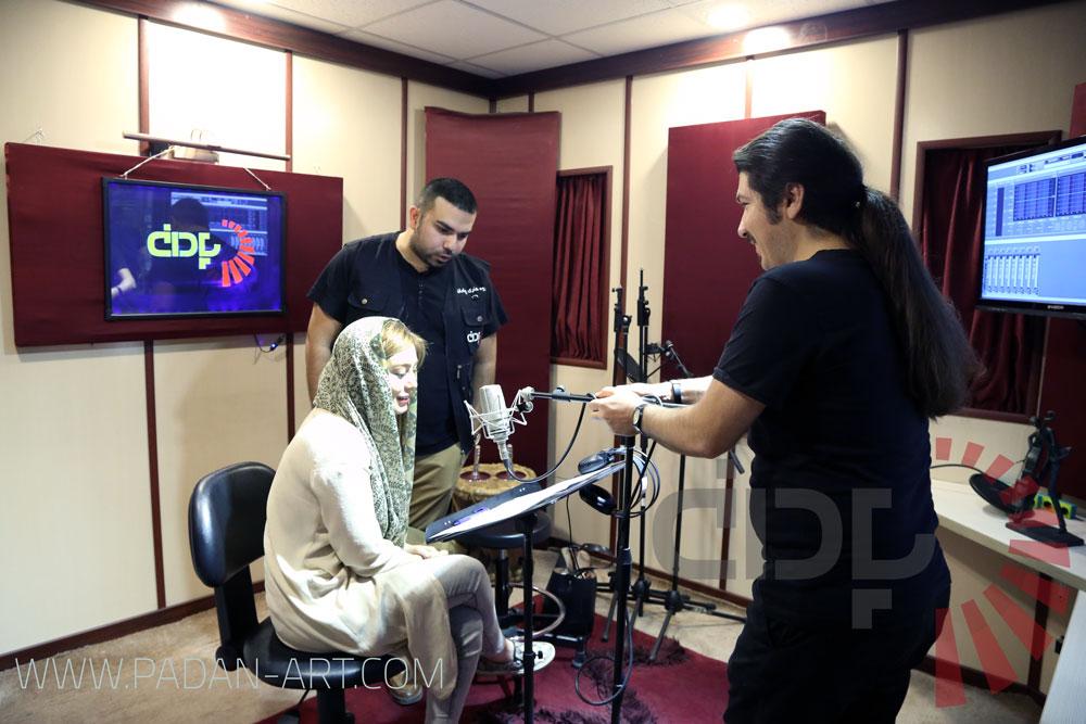سحر قریشی در حال ضبط نریشن در استودیو پادان