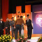 عماد رسولی در حال دریافت جایزه ویژه صدا و سیما